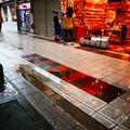 写真: 雨の道具屋筋