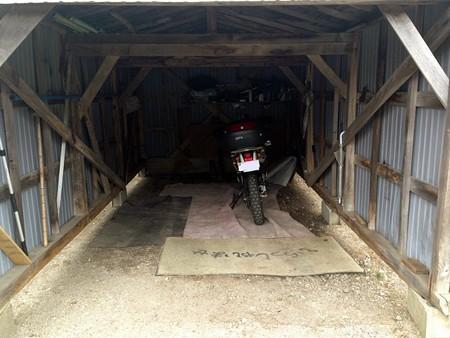 宿のバイク置き場