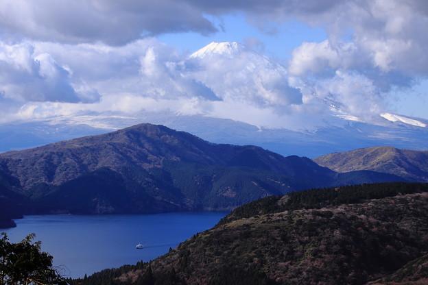 芦ノ湖と雲間の富士