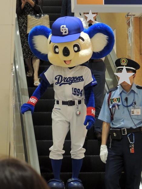 写真: ドアラと警備員さん。