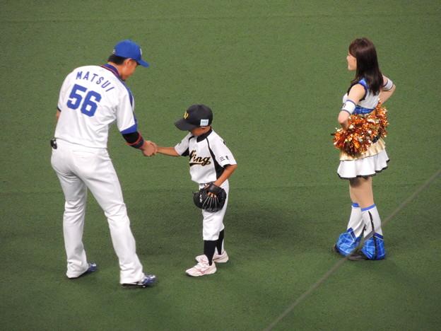 写真: しっかり握手。