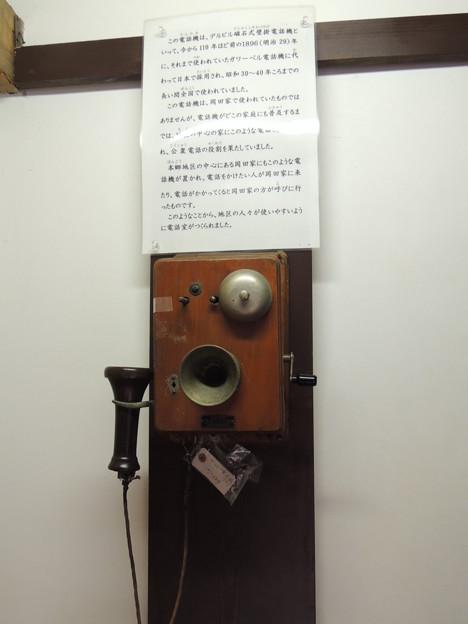 写真: デルビル磁石式壁掛電話機。