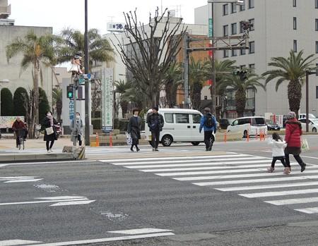 横断歩道(手前に津郵便局)。
