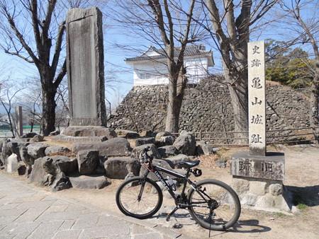 亀山城跡でパチリ。