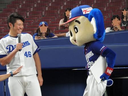 ドアラに絡まれる鈴木投手。