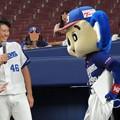 写真: ドアラに絡まれる鈴木投手。