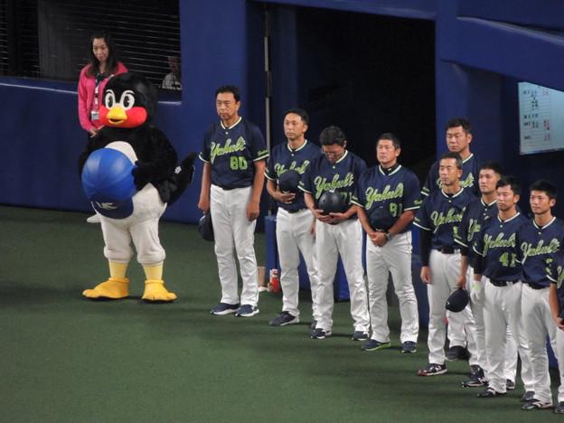 つば九郎と選手たち。