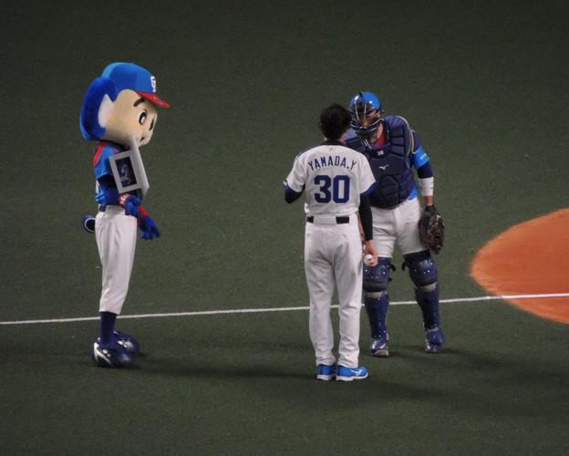 松井捕手と握手。
