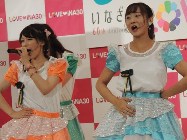 諏訪友紀乃さん(右)。