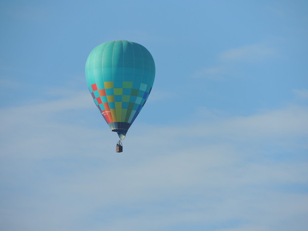 青空に映える気球。
