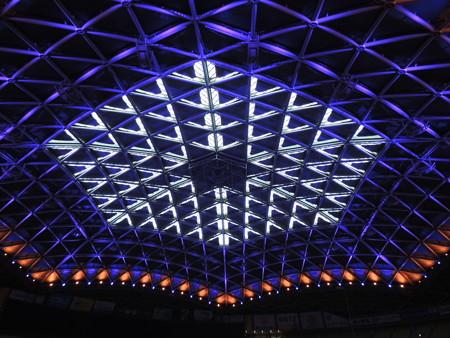 天井まで約60mの高さ。