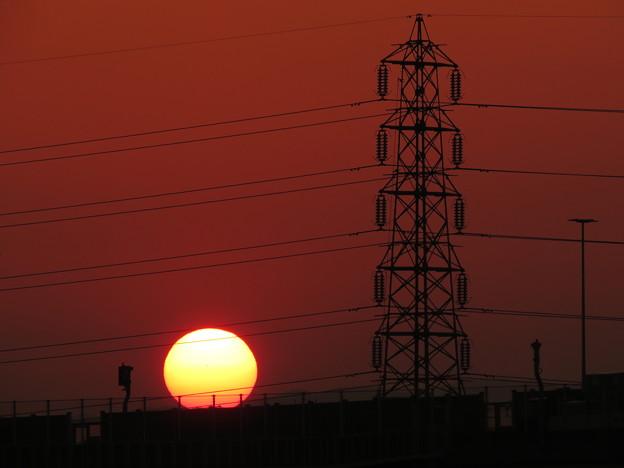 朝日と鉄塔