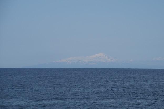 遥か鳥海山を望む