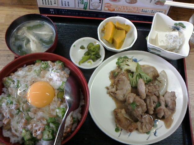お食事処 秋月「チキンソテー定食ねばねば納豆丼」700円