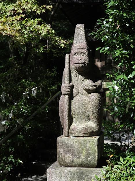 写真: 猿丸神社・猿の石像1