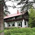 真鍋庭園・赤屋根の家1