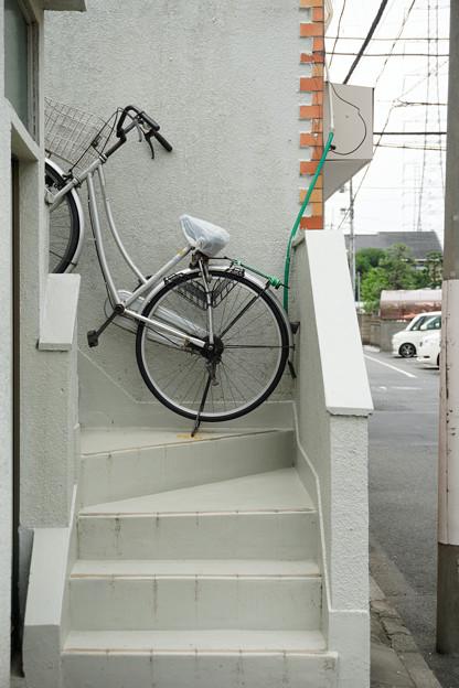階段に自転車