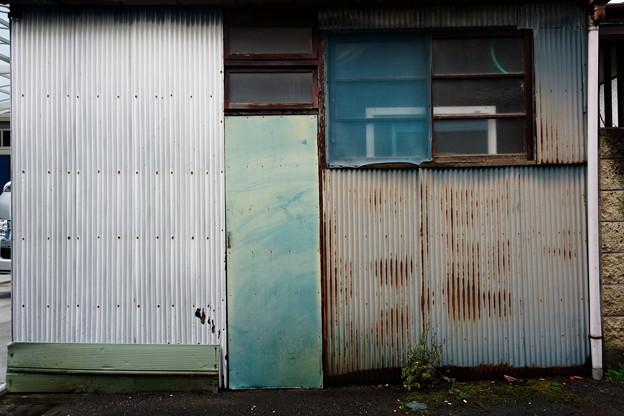 窓とトタン