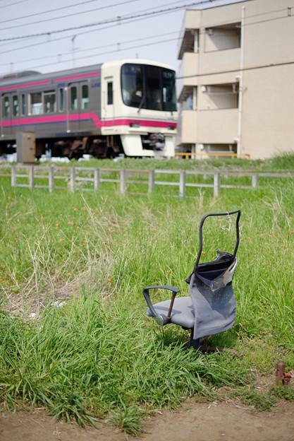 電車の見える椅子