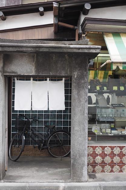 暖簾と自転車