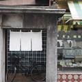 Photos: 暖簾と自転車