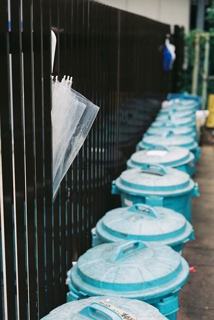 傘とごみ箱