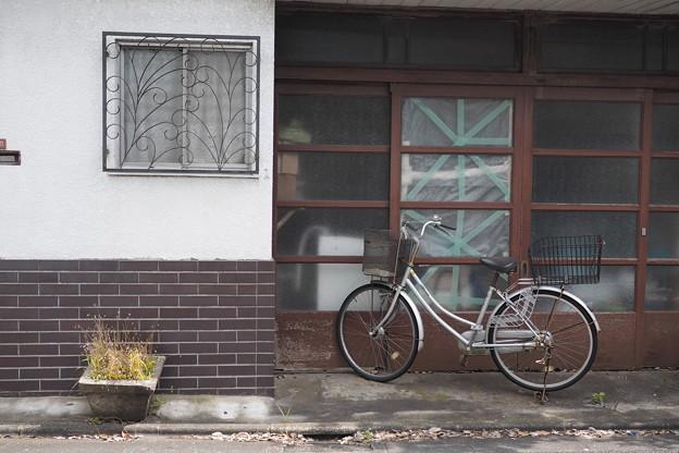 窓と自転車