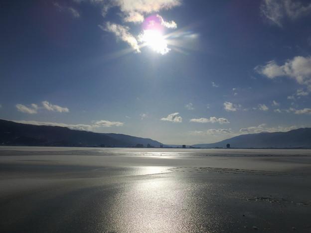 写真: 氷の諏訪湖