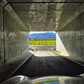 写真: トンネルを抜けると…