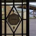 写真: レトロな駅の昔ガラス