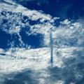 雲の中に飛行機の航跡が