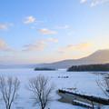 凍った阿寒湖と雄阿寒岳