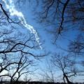 上空に5機編隊ジェット雲