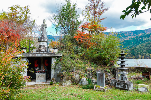 Photos: 湖畔の子安観音菩薩