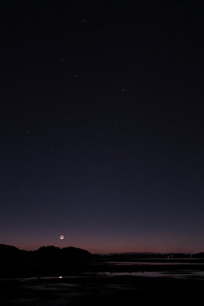 昇る獅子と月齢28の月