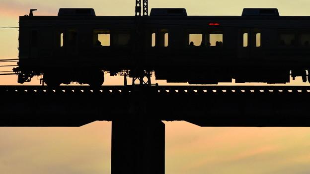鉄橋を渡る 1)