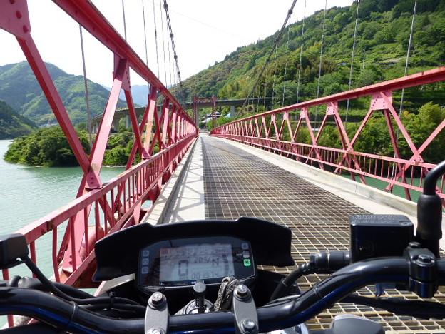 大栃ダム湖の橋の上