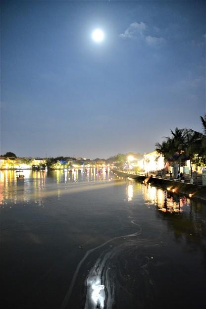 満月のトゥボン川