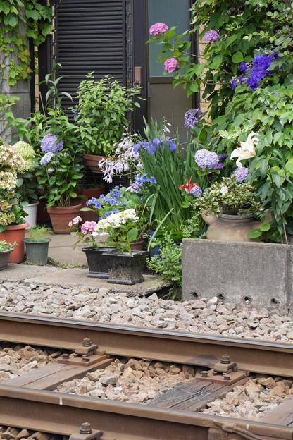 Photos: 玄関前は線路