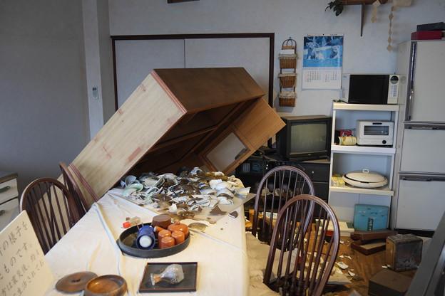 地震発生直後の民家の風景