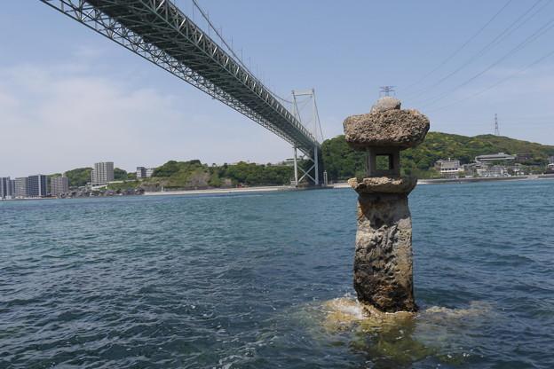 関門橋とめかりの海の灯篭