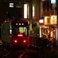 写真: 尾灯は夜のレールを浮び出す