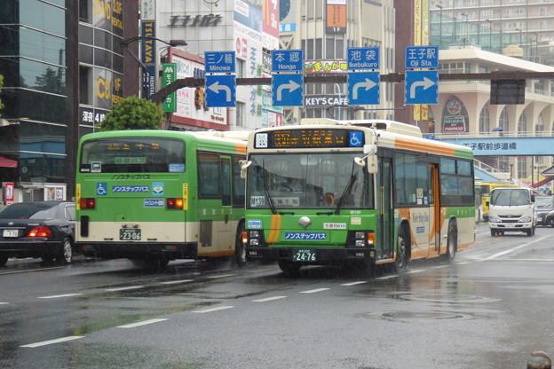 雨の北本通り王子駅前を往来する路線バス(2)