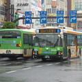 写真: 雨の北本通り王子駅前を往来する路線バス(2)