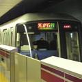 写真: ホームドア越しでの電車進入…都営大江戸線大門駅