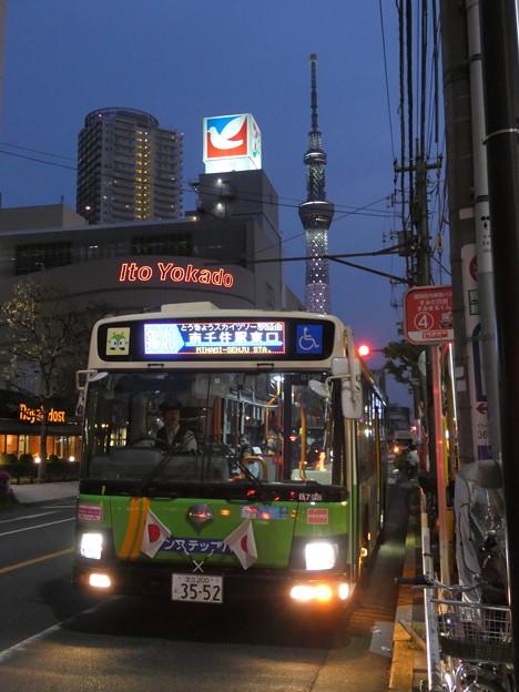 『「曳舟の夜」の始まり』を告げる終バス…都バス[錦40]