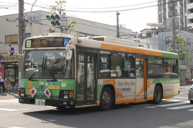 祝日の昼下がりを走る都バス