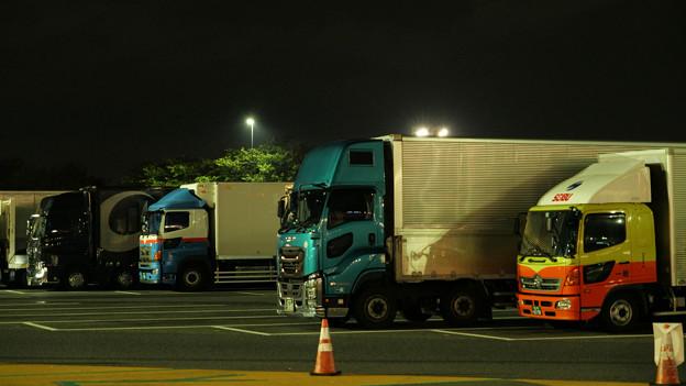 夜の海老名SAに集うトラック