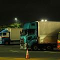 Photos: 夜の海老名SAに集うトラック