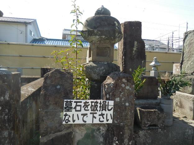 墓石を破壊しないでください。